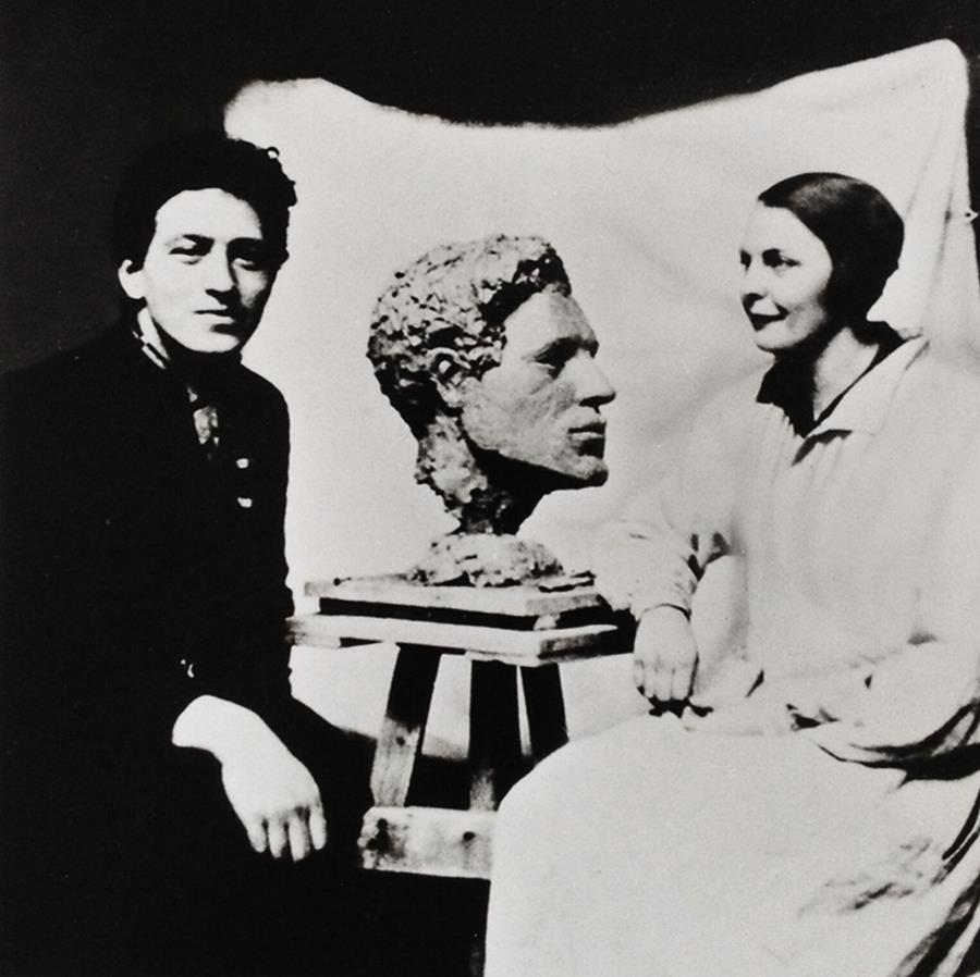 Alberto Giacometti and Flora Mayo with the bust she made of him. © Sammlung Fotostiftung Schweiz, Winterthur