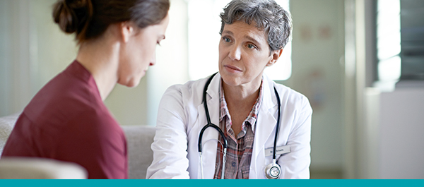 Une médecin qui soutient une femme à travers une conversation difficile