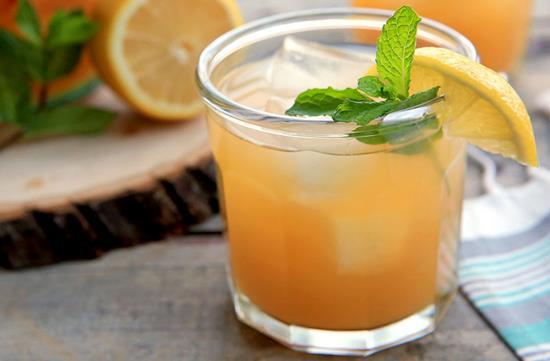 Refreshing peach lemonade
