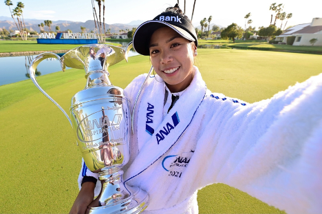 Patty Tavatanakit posing with trophy after winning ANA Inspiration tournament